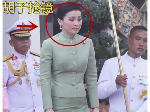 泰王携妻女亮相!苏提达王后穿绿裙减龄,撞衫帕公主两人平分秋色