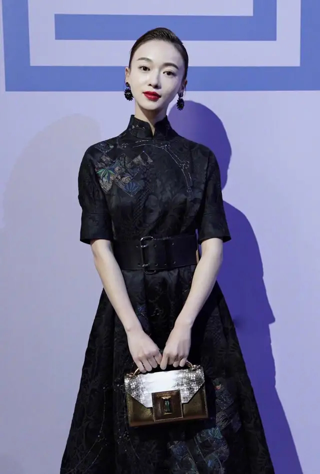 吴谨言穿黑色旗袍裙霸气十足,撞上大3岁的王子文,韵味各不同!