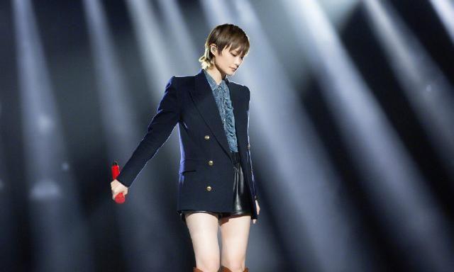 36岁李宇春早该这样,短裤比2万西装还短,175超模腿女生都看眼红