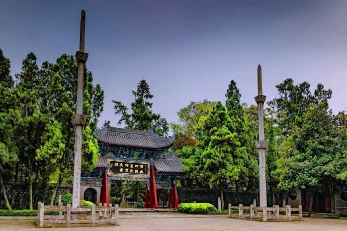 武侯祠在勉县城西4公里的川陕公路边上,与武侯墓隔汉江遥遥相峙