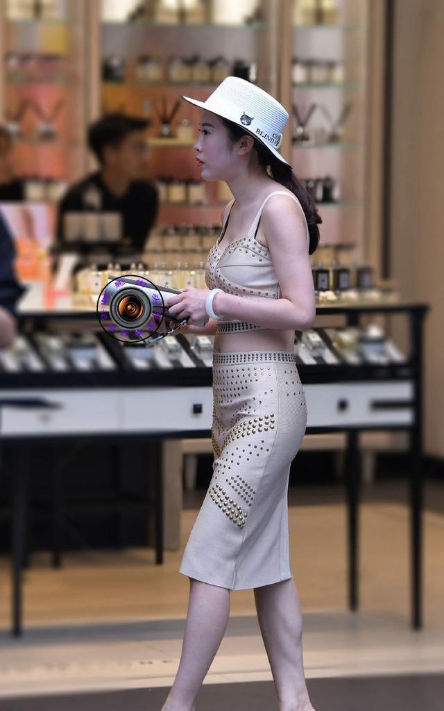 吊带衫加包臀裙,脚踩高跟凉鞋、头戴白色礼帽,这样穿优雅又精致