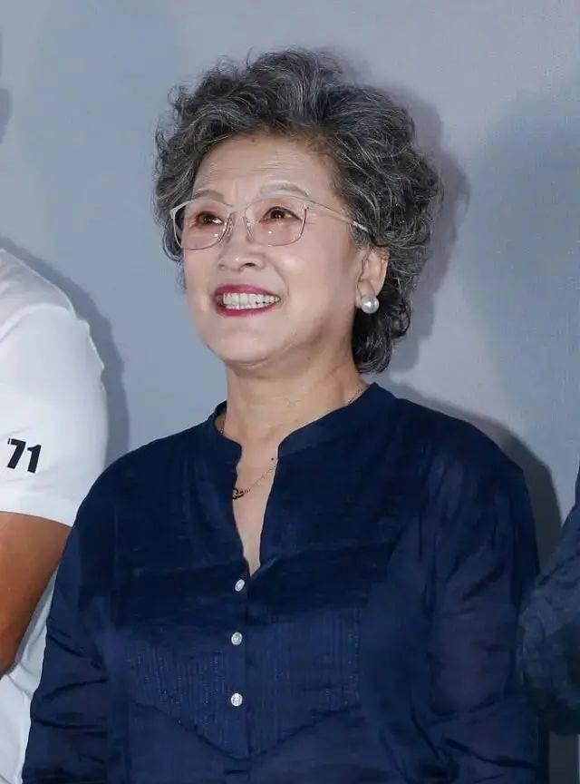69岁宋春丽不扮嫩,穿搭随意气质依然高级,满头白发老得很优雅