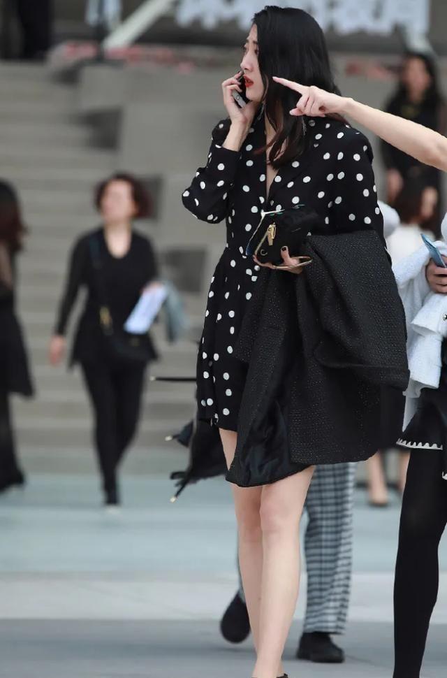 黑色西装款连衣裙,搭配一字细高跟鞋,尽显出时尚女生的优雅气质
