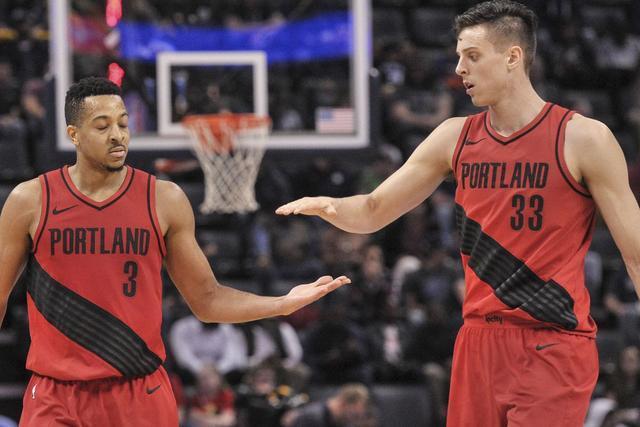 NBA季后赛一场焦点战打响,詹姆斯率领的湖人迎战以利拉德为首的开拓者