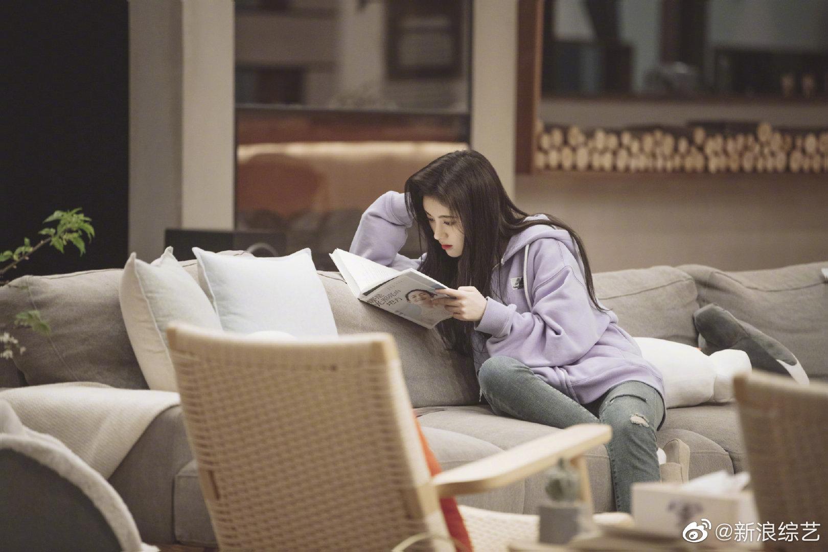 本周《朋友请听好》@鞠婧祎 超美剧照来袭照片中的鞠婧祎穿着紫色休闲