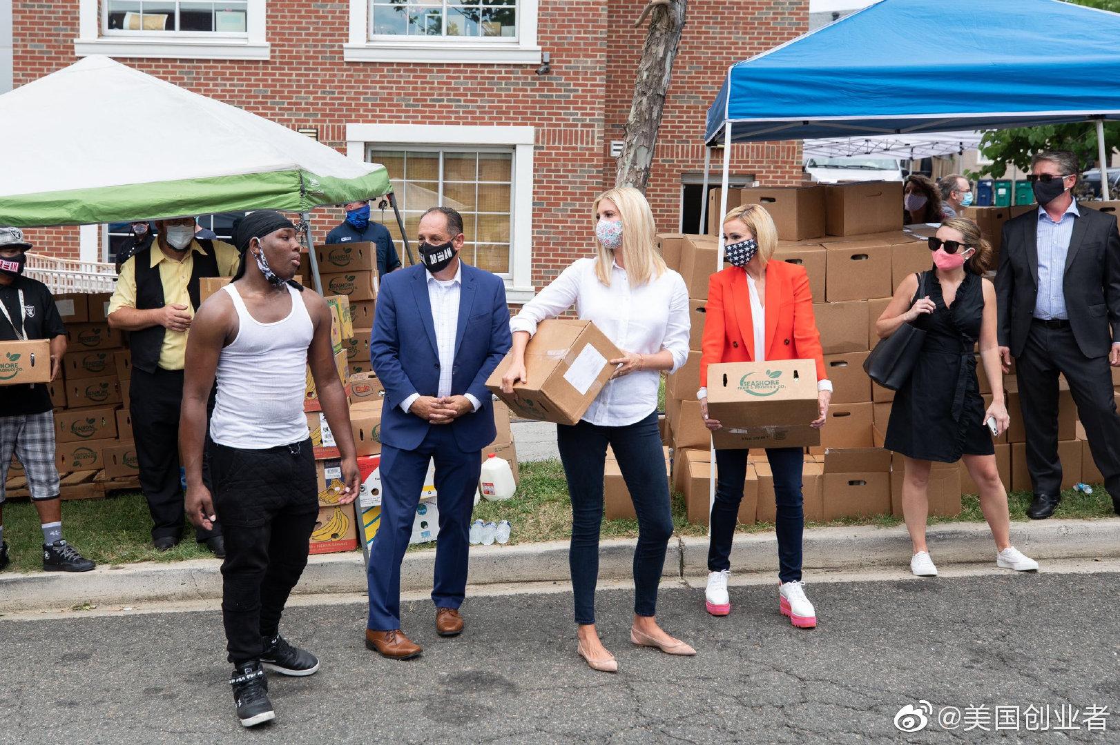 美国第一公主Ivanka Trump伊万卡今天在华盛顿参加给穷人送食品公益活
