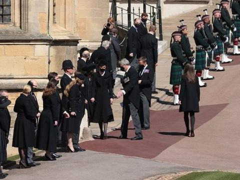 她是菲利普亲王葬礼上最淑女的17岁小孙女脱颖而出,比凯特还吸睛