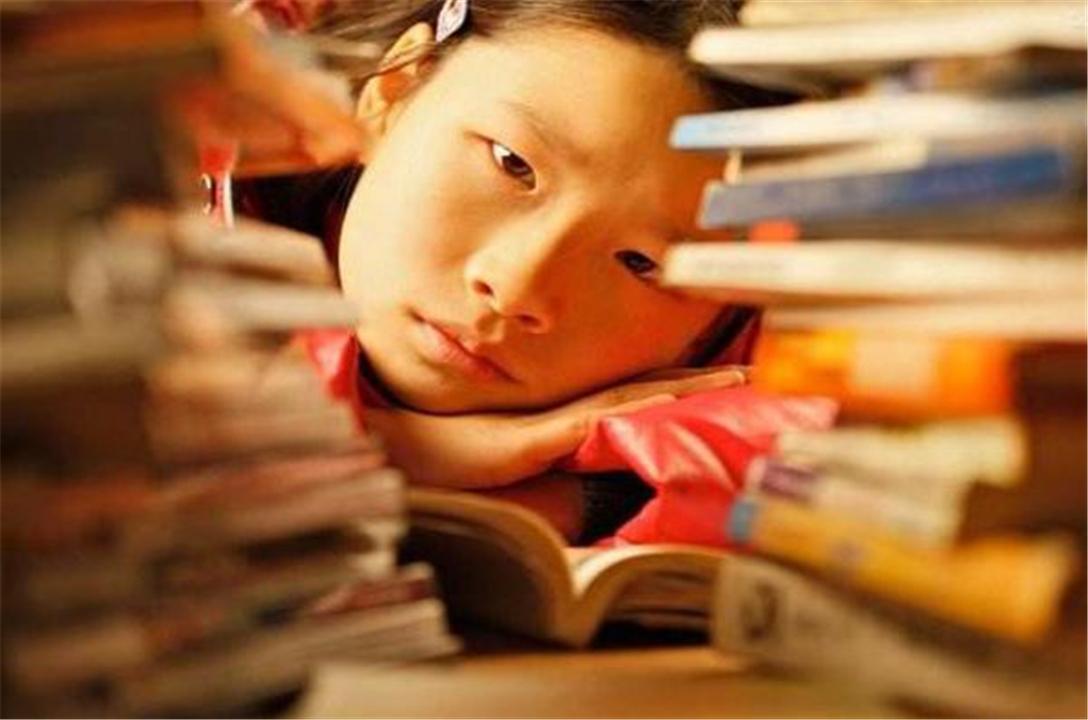 """儿子在房间用""""替身""""写作业,成功骗过妈妈,网友:果然机智"""