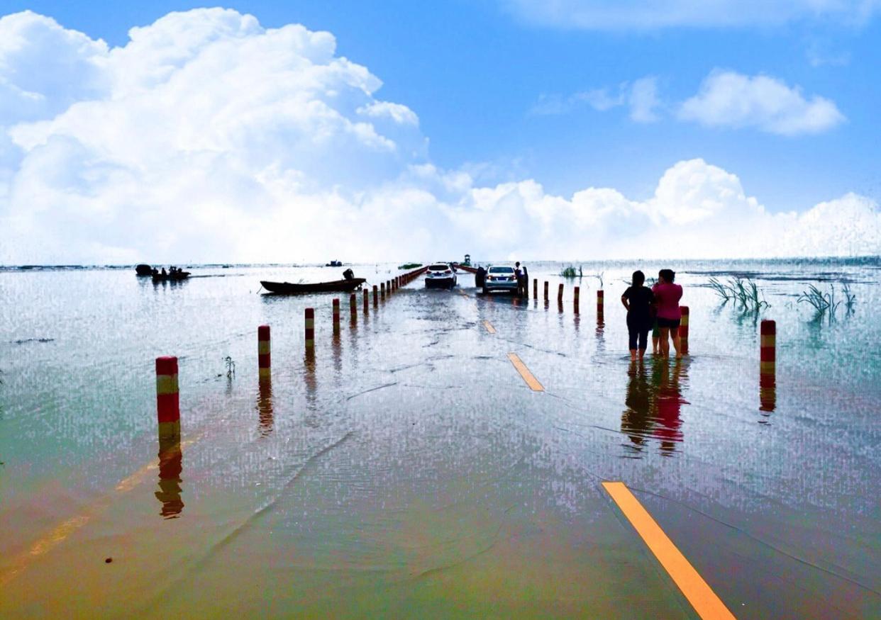公路位于永修县吴城古镇境内,每年丰水季节,湖水便会将公路淹没
