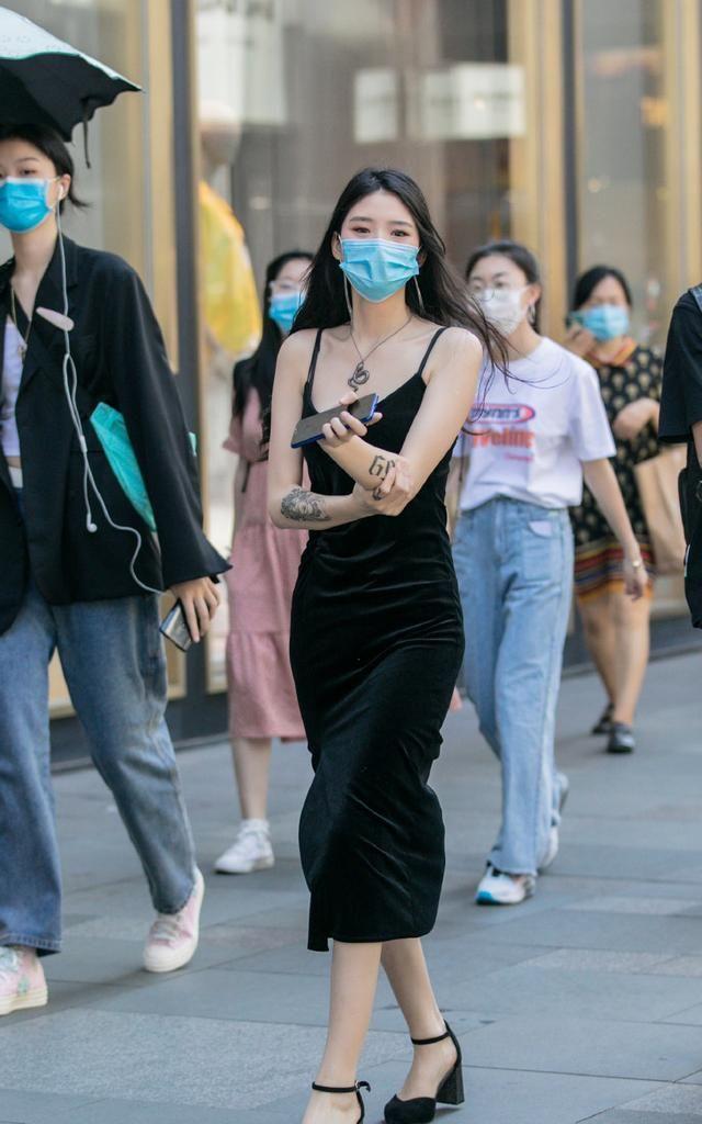 炎炎夏日,这些美女的黑色吊带裙,穿出清凉效果,提升性感魅力