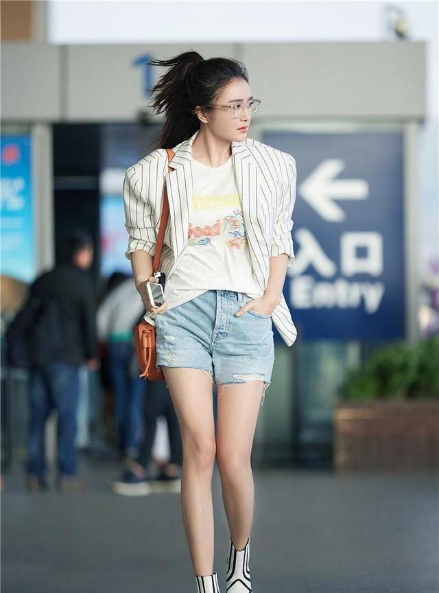 秦岚穿条纹西装配短裤不够,还扎了高马尾,造型清爽减龄不像阿姨