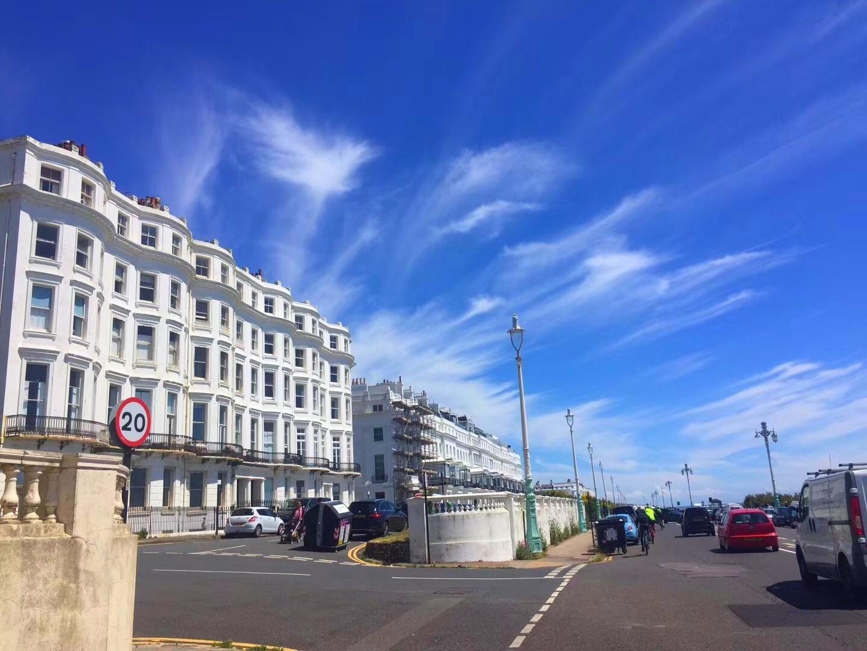 小镇故事多,英国伦敦沿海小城布赖顿~有蓝天白云,罗马城式的建筑