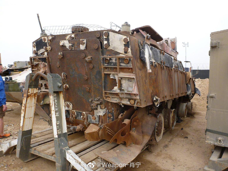 阿富汗的废弃车场里停放的两辆皮兰哈装甲车,路边炸弹的威力。