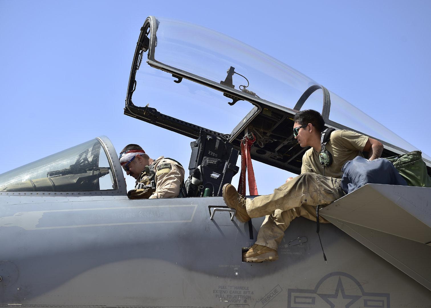 一架F-15C雄鹰准备在沙特阿拉伯王国的苏丹苏丹王子空军基地起飞