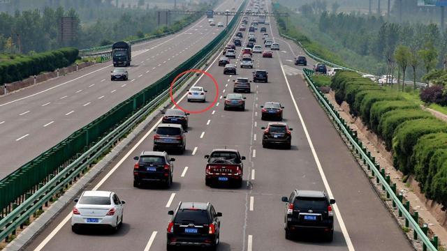在高速上的快车道开慢车,将被列为违规驾驶行为,车主们齐声叫好