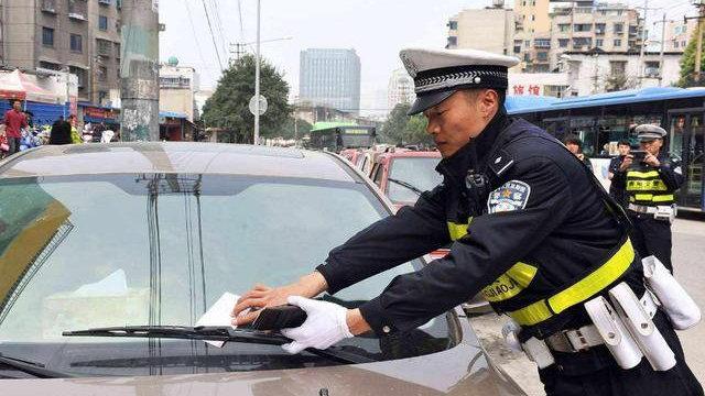 想临时停车却没有车位怎么办?老司机教你3个技巧,或能免贴罚单