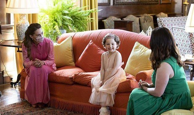 """凯特穿粉裙扮""""公主"""",隔空撞色俩婆婆显少女,女王奶奶也爱粉色"""