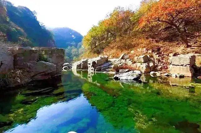 在九仙山龙潭大峡谷中坐看秋色凝望一池秋水眺望远山红叶仰望云卷
