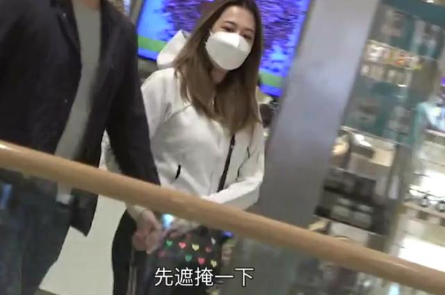 天悦平台TVB小花突然暂别幕前疑怀孕 与新婚老公恩爱逛街用手袋遮肚