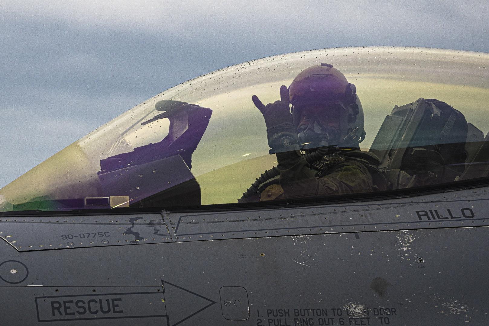 2020年9月2日,美国空军第51战斗机联队副指挥官驾驶F-16战隼战斗机