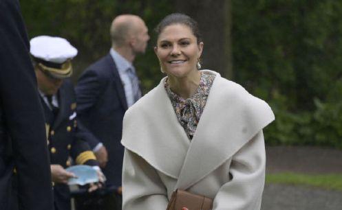 瑞典女王储独自现身,米色外套内搭碎花裙,没有老公陪伴依然温柔