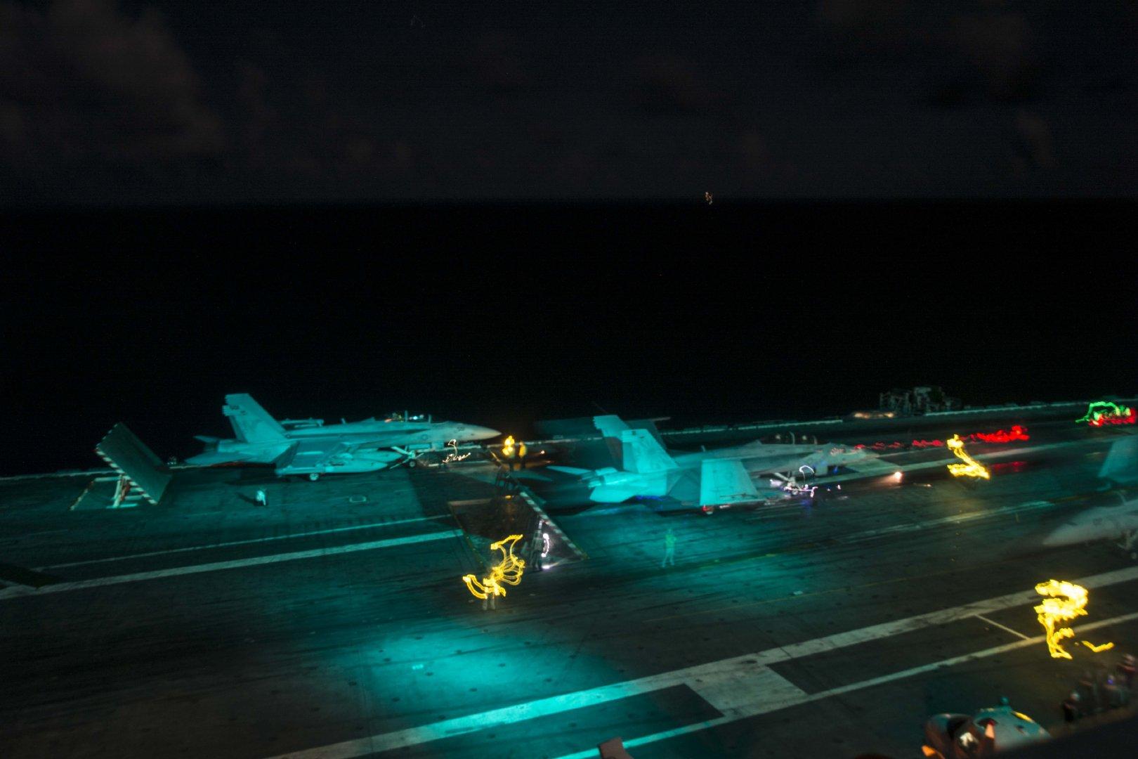 随着着舰指令下达,飞行员抓住飞行甲板平稳时机,果断操作战机降落