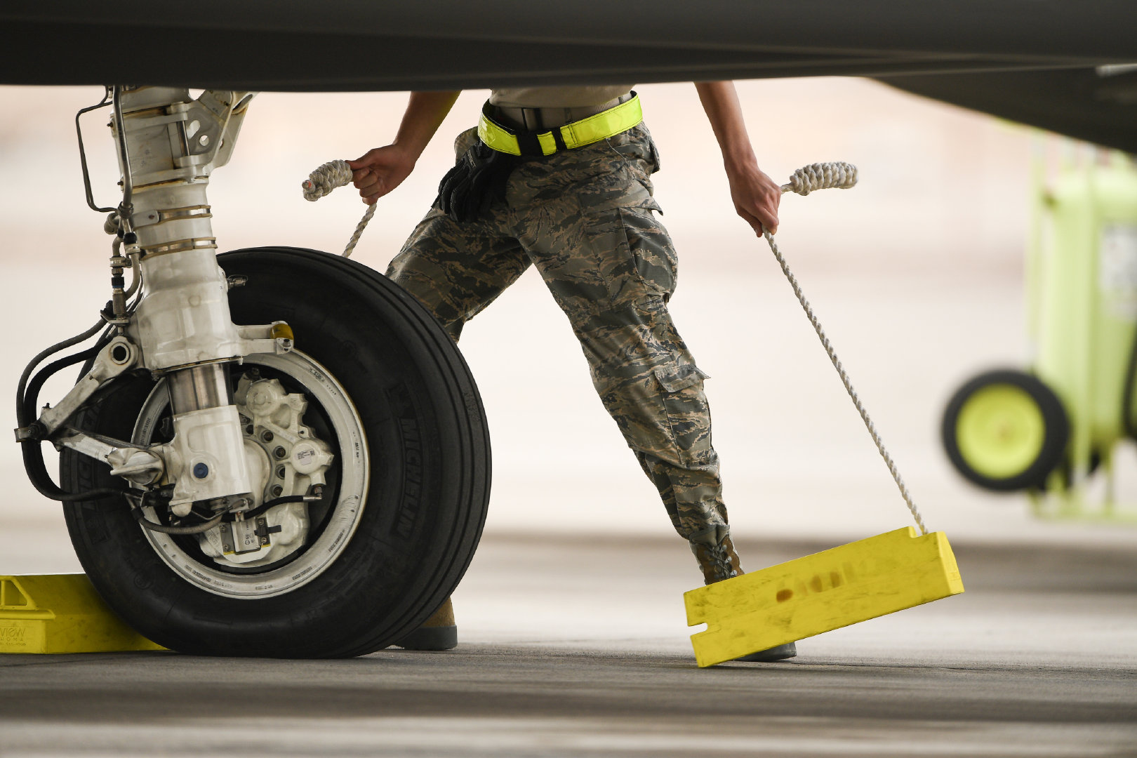 一架F-35A Lightning II在内华达州内利斯空军基地起飞