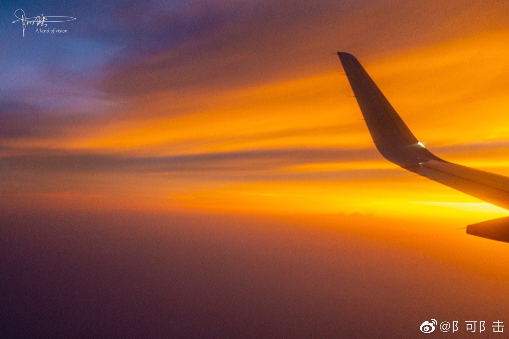 天空就要在天上拍,飞机外的色彩鲜明,才是它本该的美好。