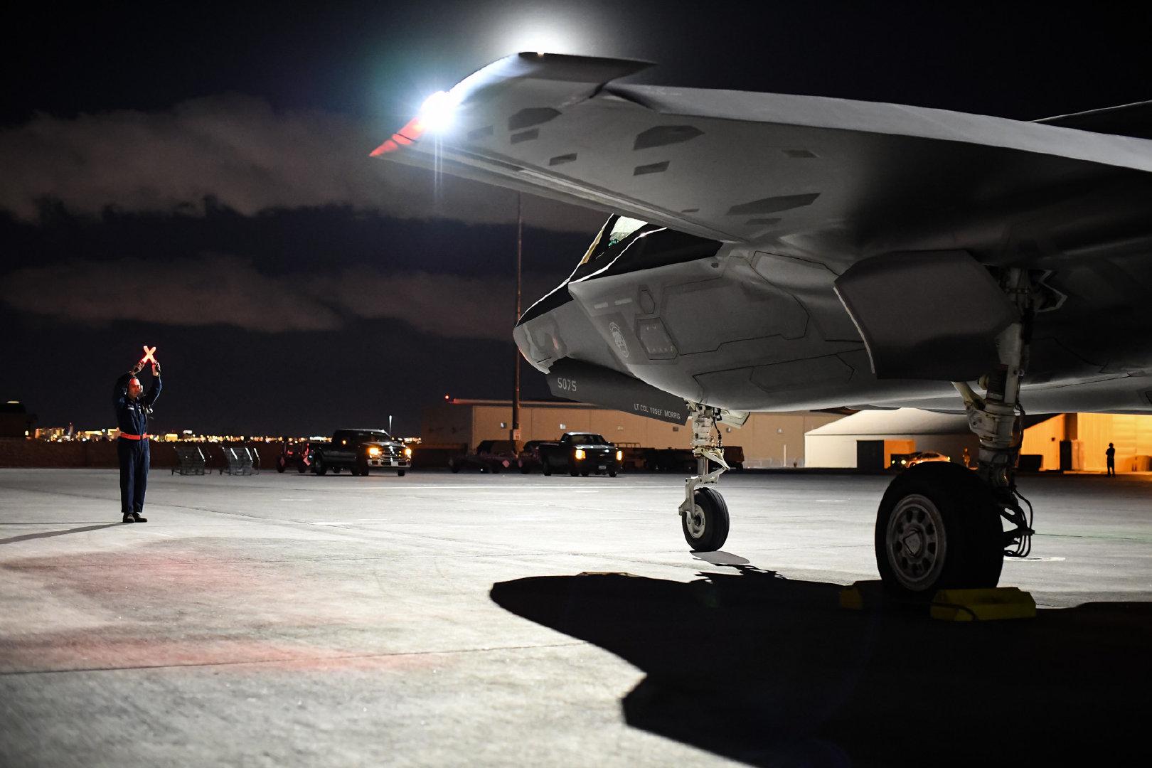 第388战斗机联队第34飞机维修部队的武器装载机组人员于2018年7月7日