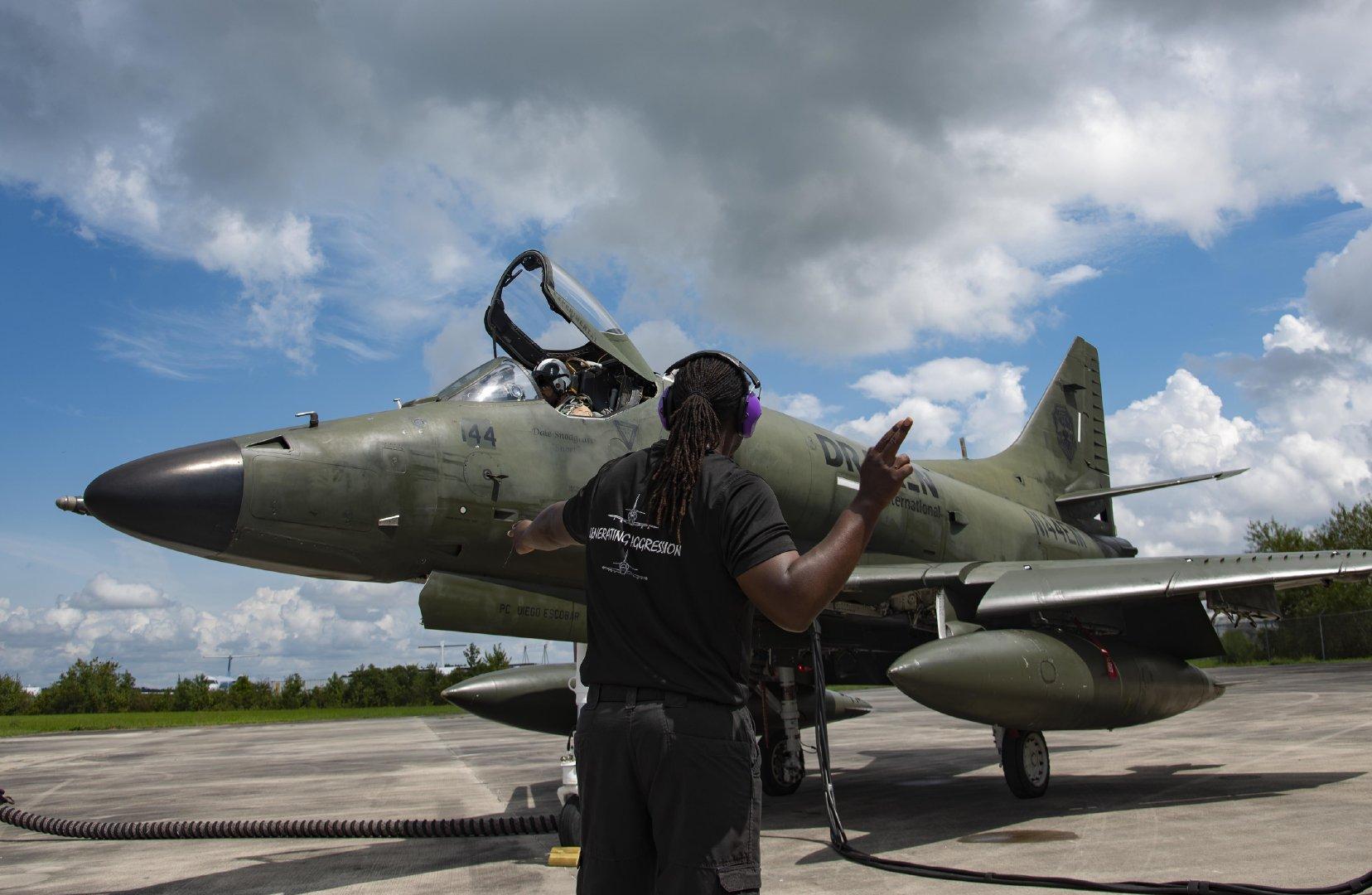 Draken国际飞行员Greg Cloer准备于2020年9月11日在北卡罗来纳州金斯