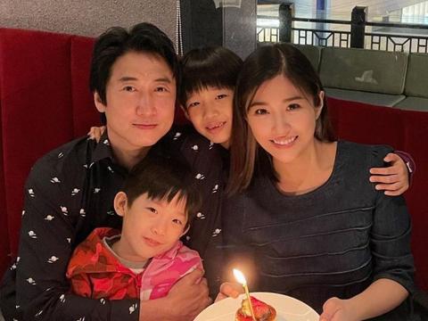 洪金宝长子洪天明和妻儿吃饭庆祝结婚9周年 一家四口拍温馨全家福