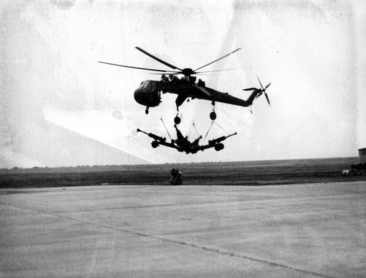 CH-54直升机是美国西科斯基公司研制的双发单桨重型起重直升机