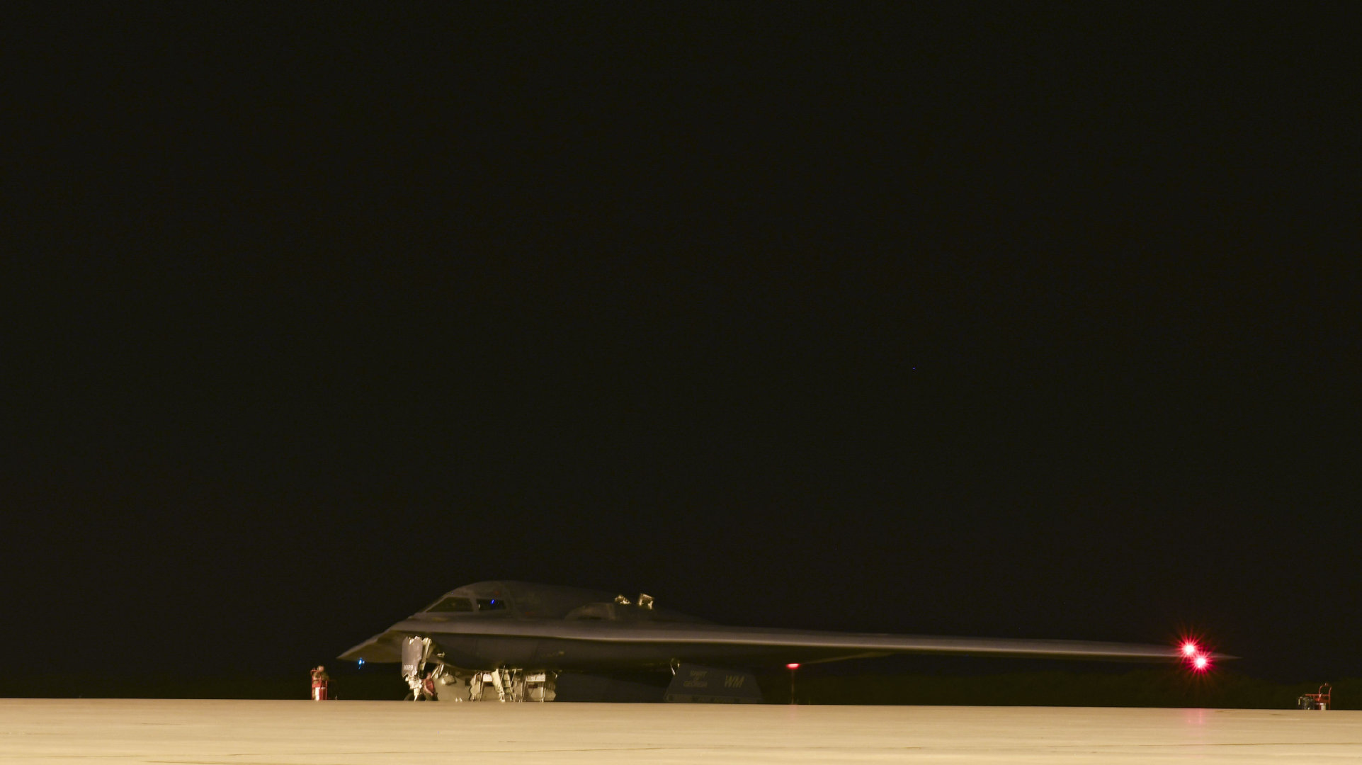 密苏里州怀特曼空军基地的B-2潜行轰炸机降落在海军支援设施迭戈·加西
