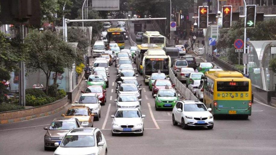 车应该走直行道,但进左转车道,绿灯亮了就直行走了,会处罚吗?