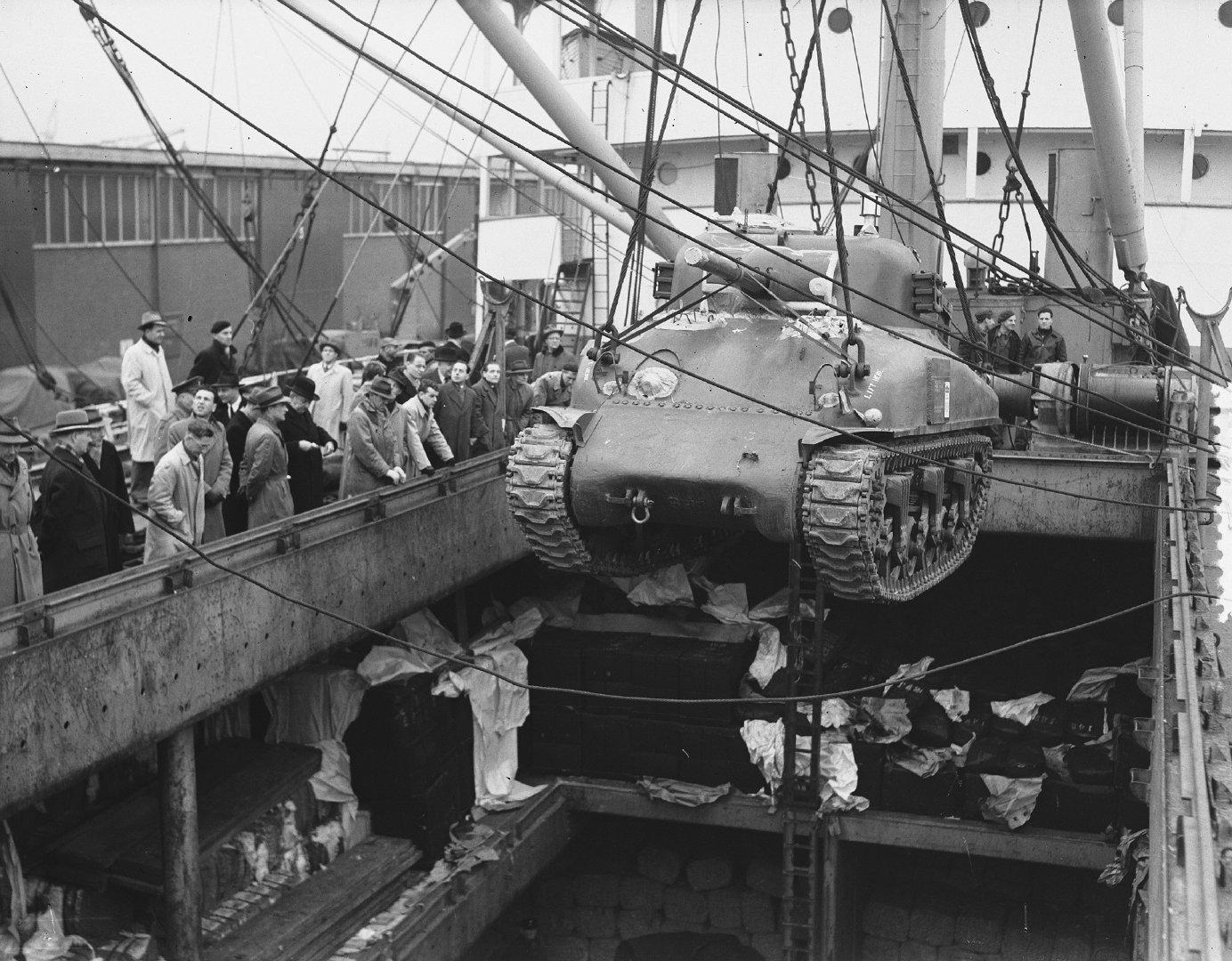 从美国运抵荷兰陆军军械库的M4谢尔曼坦克在鹿特丹港卸货;1951年12月
