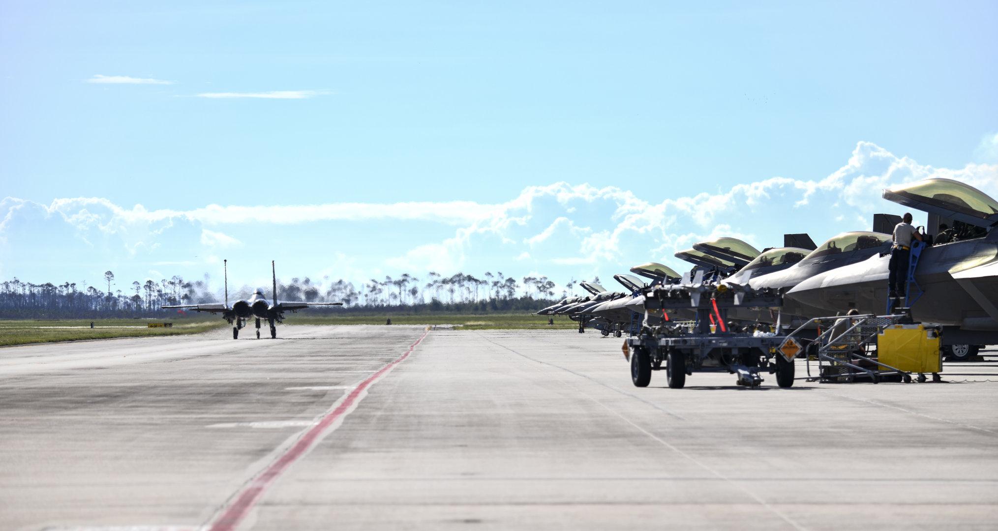 弗吉尼亚兰里-尤斯蒂斯联合基地的美国空军F-22猛禽作战测试飞机于202