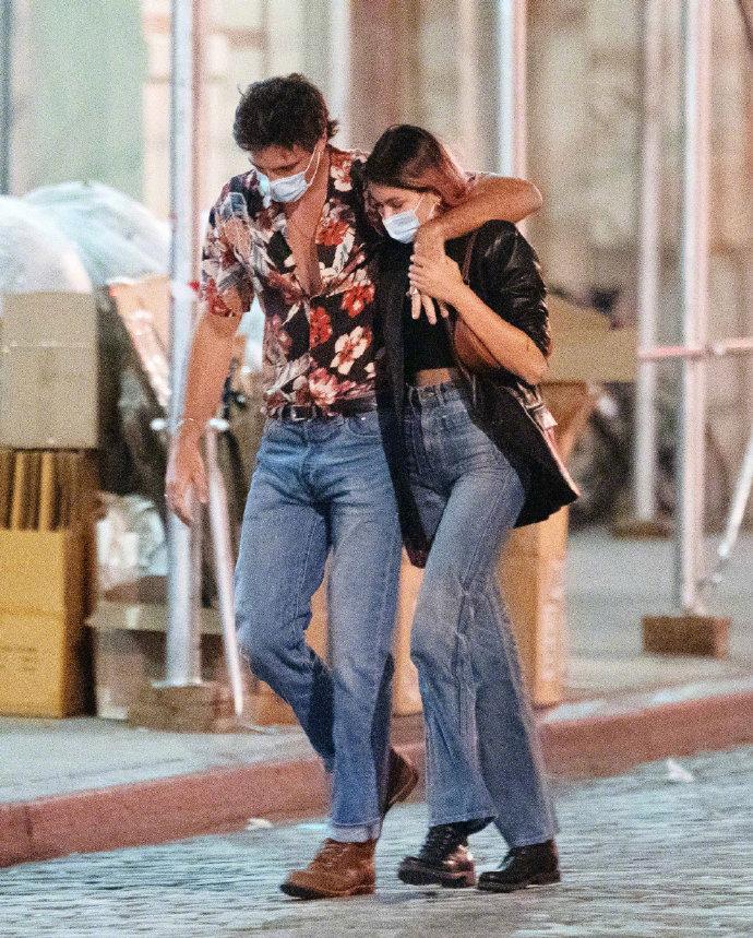 Kaia Gerber和雅各布·艾洛蒂(《亢奋》《亲吻亭》)恋爱中