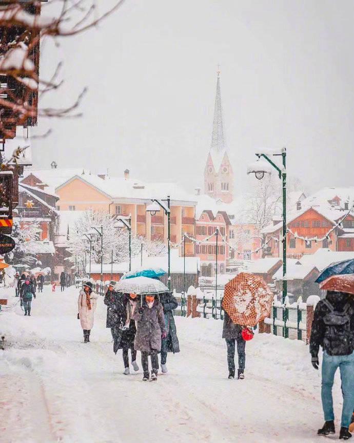"""""""来自天堂的明信片""""——大雪纷飞的奥地利哈尔施塔特小镇。"""