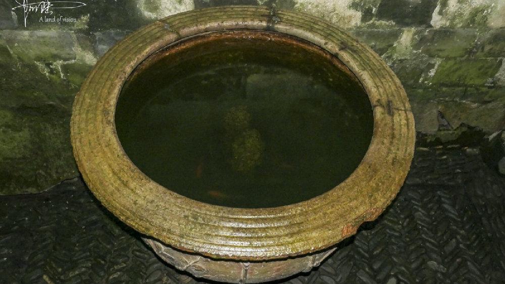 这口水缸已经几百岁了,潘周家村的老人却一直用它养鱼