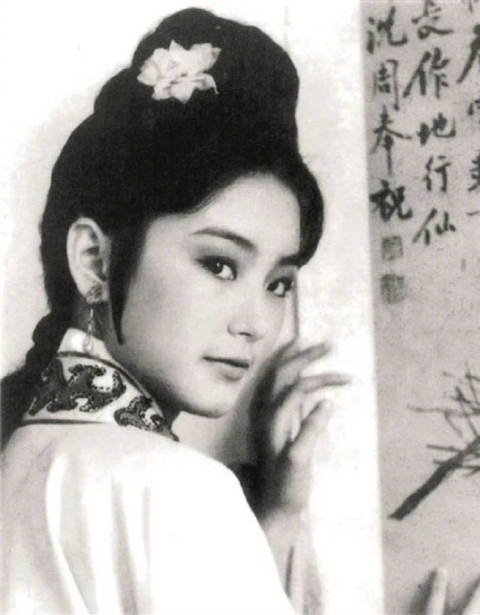 林青霞晒出自己早年间在《金玉良缘红楼梦》中的旧照