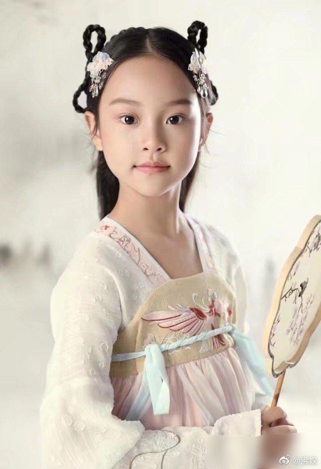 李小璐晒亲子写真为女儿庆生,甜馨穿古装旗袍出镜,颜值气质超群