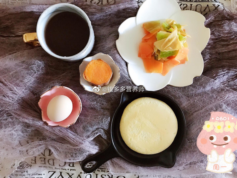 开饭啦~奶香玉米饼➕红薯凉拌尖椒胡萝卜豆皮红豆薏米水早餐你吃