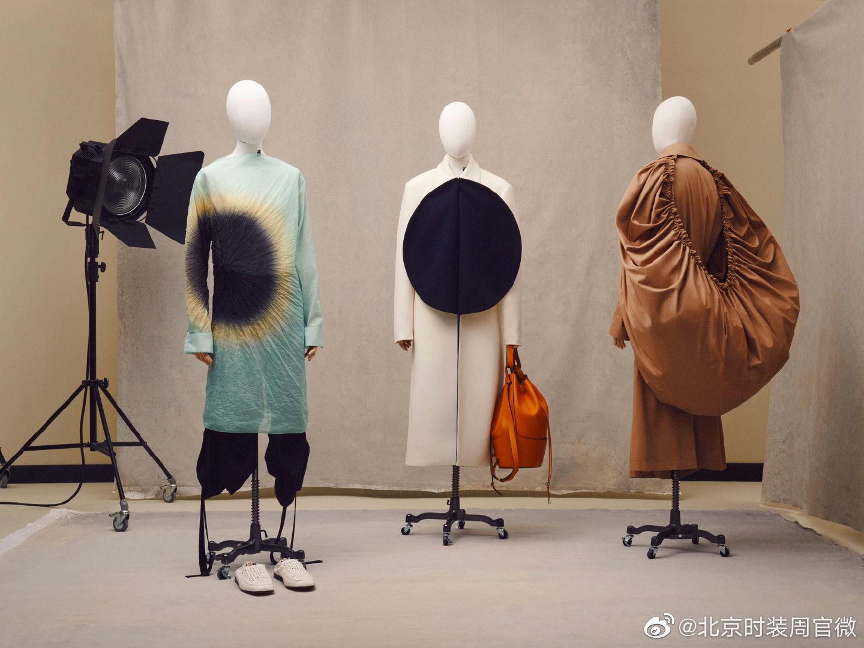 @LOEWE罗意威 2021 春夏男装系列以盒中时装秀的形式呈现
