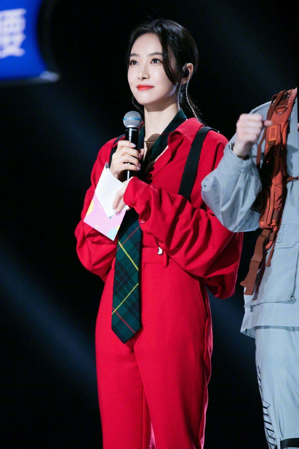 宋茜一身红色造型,oversize衬衣搭同色烟管裤