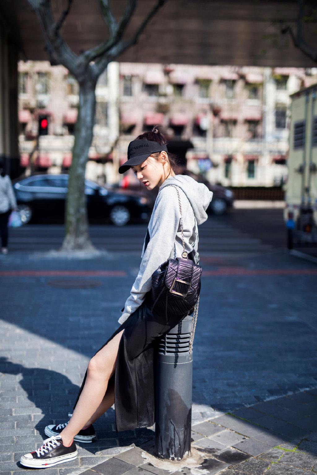 袁姗姗五月街头装元气出炉!黑色棒球帽搭配休闲卫衣