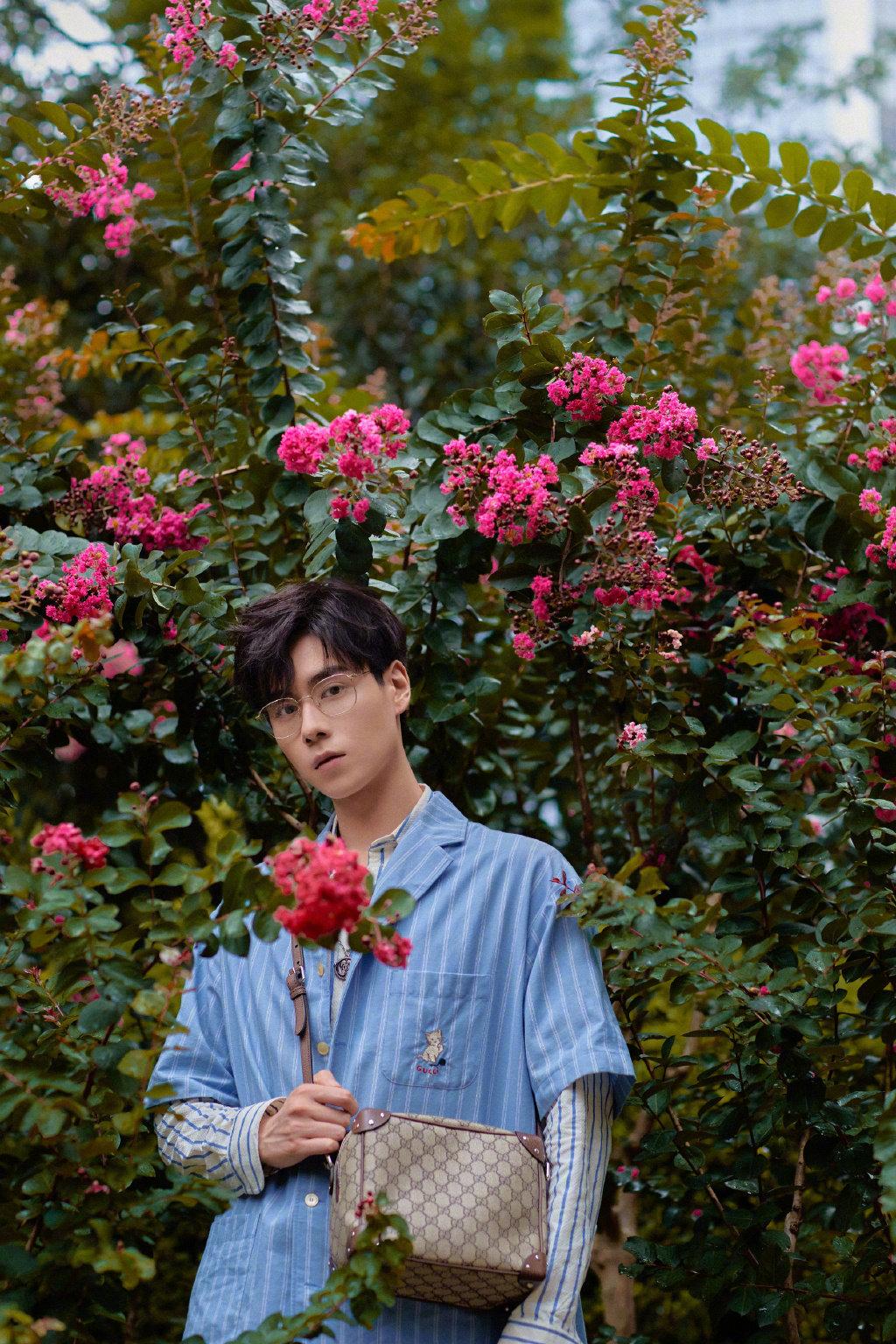 花丛中的美男子你爱了吗?