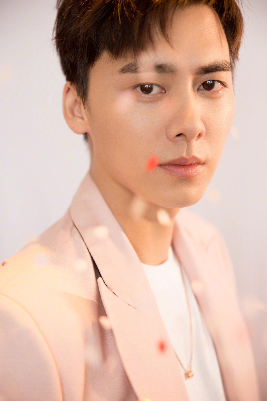 李易峰白衬衫配西裤,樱花粉的风衣,变身俊逸简洁的男友。