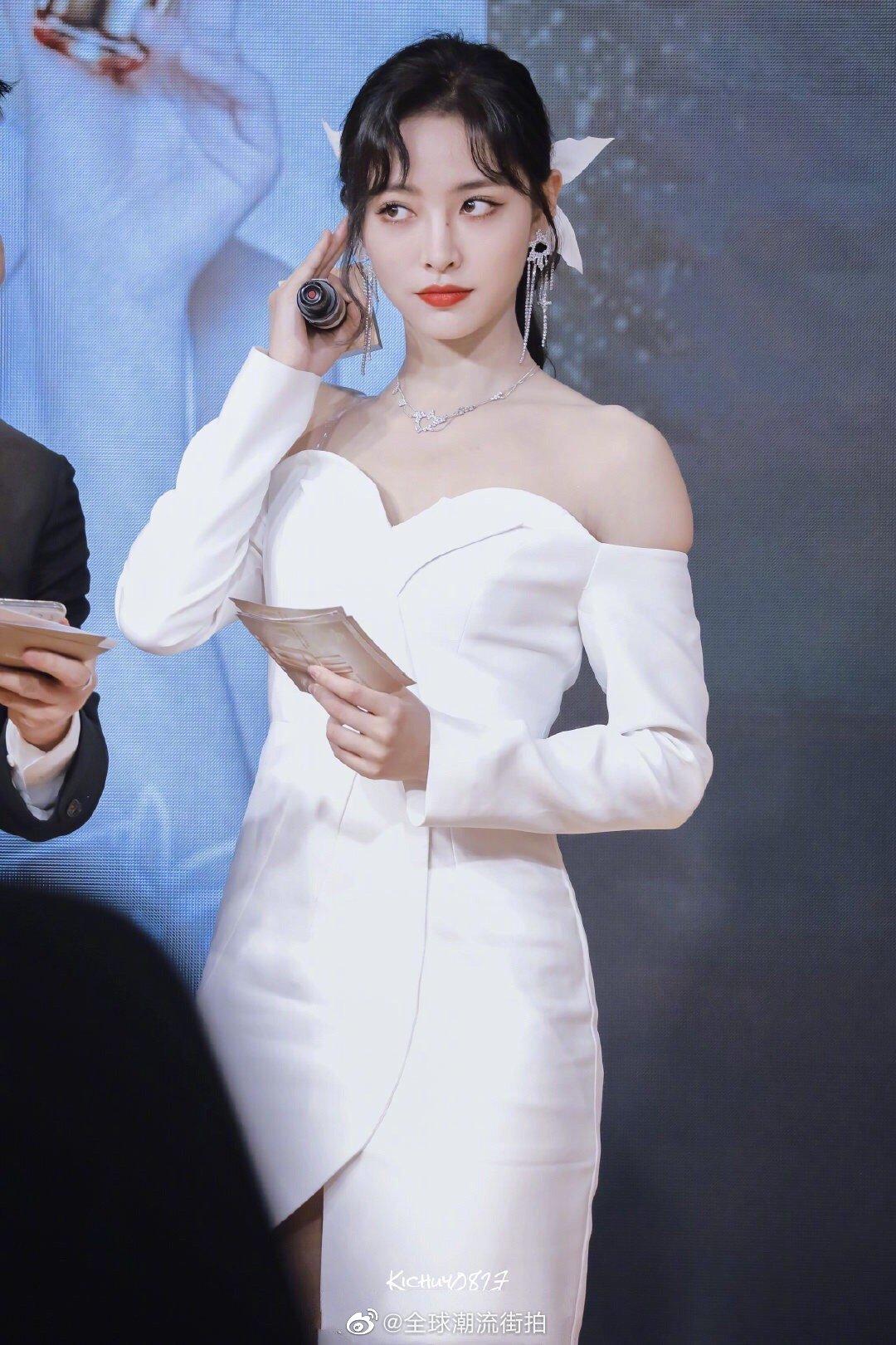 许佳琪   出席雪花秀活动造型解析身穿白色抹胸不规则礼服裙佩戴钻