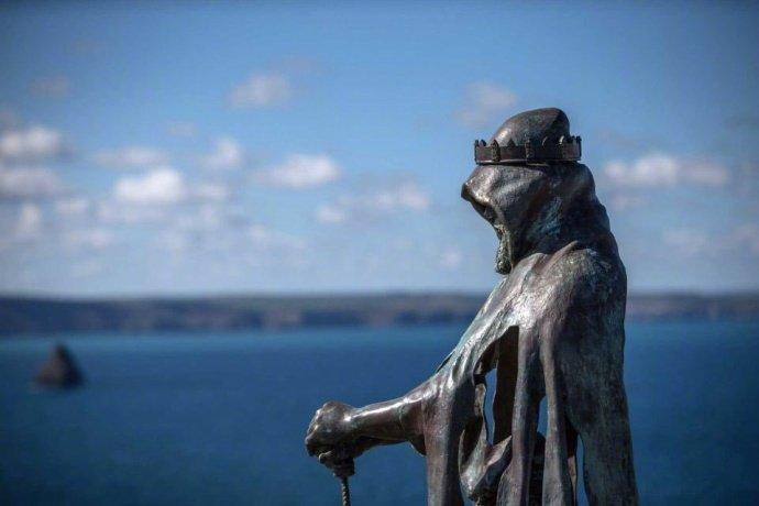 英国廷塔杰尔城堡的亚瑟王雕像