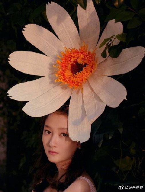 春风十里杏花开,见有佳人踏香来。 人比花娇花无色